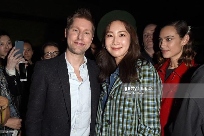 Mỹ nhân 42 tuổi Choi Ji Woo diện đồ tầng tầng lớp lớp chất lừ tại Tuần lễ Thời trang London - Ảnh 3.