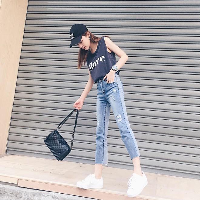Nếu bạn chỉ thích đi giày bệt, hãy sắm ngay kiểu quần jeans này để chân thon dài thanh thoát mà chẳng cần đến app kéo chân - Ảnh 1.