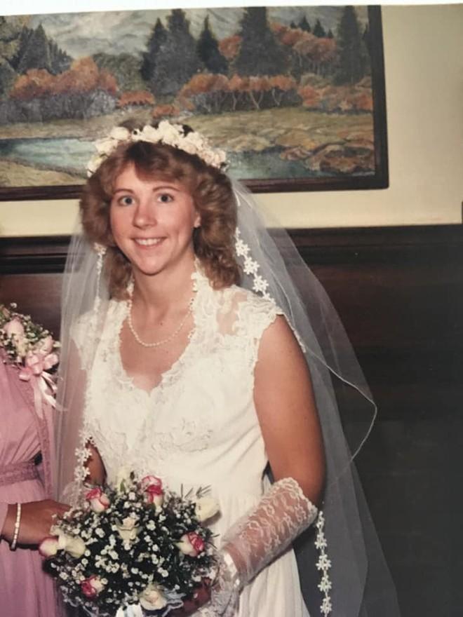 Mở hộp váy cưới của mẹ từ 32 năm trước, cô gái phát hiện điều sai trái nhưng không ngờ mạng xã hội đã giải quyết tất cả - Ảnh 3.