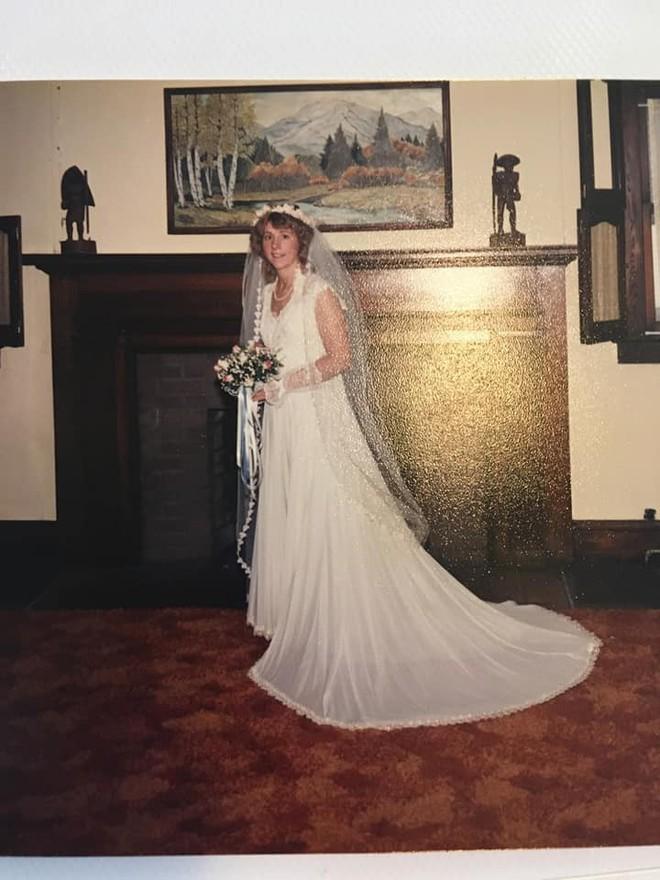 Mở hộp váy cưới của mẹ từ 32 năm trước, cô gái phát hiện điều sai trái nhưng không ngờ mạng xã hội đã giải quyết tất cả - Ảnh 2.