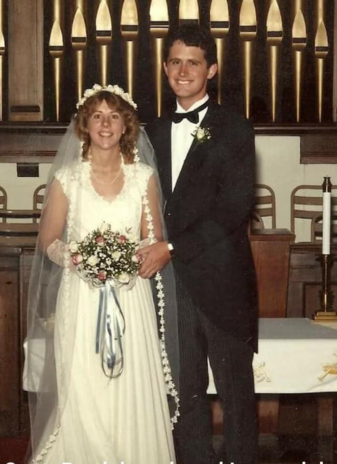 Mở hộp váy cưới của mẹ từ 32 năm trước, cô gái phát hiện điều sai trái nhưng không ngờ mạng xã hội đã giải quyết tất cả - Ảnh 1.