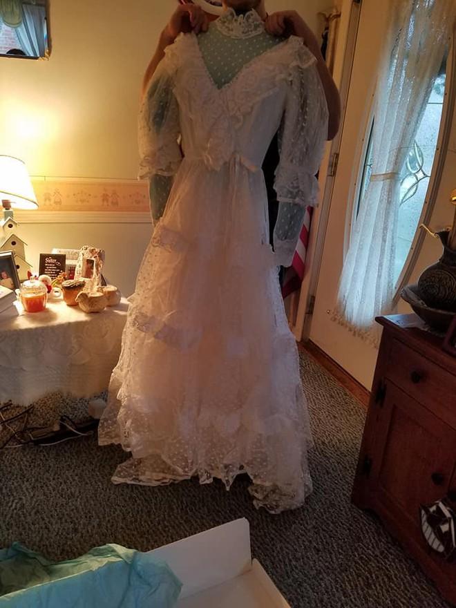 Mở hộp váy cưới của mẹ từ 32 năm trước, cô gái phát hiện điều sai trái nhưng không ngờ mạng xã hội đã giải quyết tất cả - Ảnh 4.