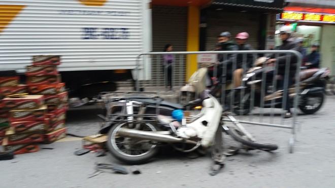 Hà Nội: 3 cháu học sinh thoát chết hy hữu ngay trước đầu xe điên sau khi làm 2 người nhập viện - Ảnh 2.