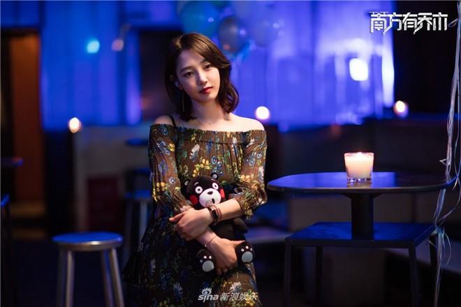 Bạch Bách Hà tái xuất màn ảnh nhỏ, cặp kè Trần Vỹ Đình sau scandal ngoại tình - Ảnh 3.