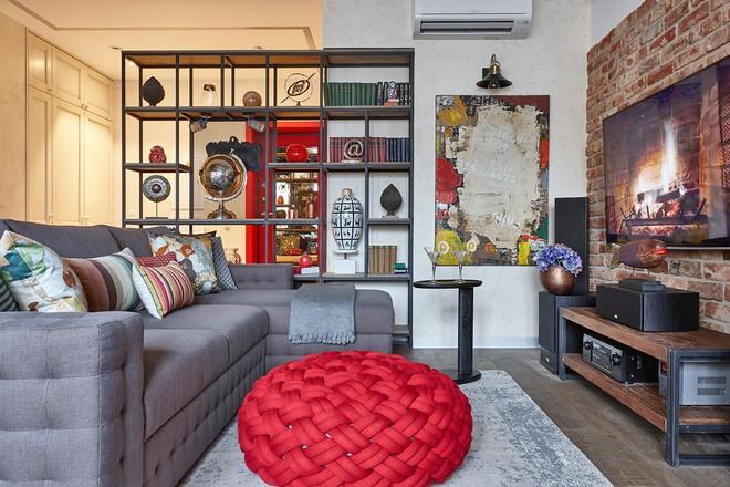 Độc đáo căn hộ 69 m2 với bức tường gạch thô, đầy màu sắc ấm áp - Ảnh 1.