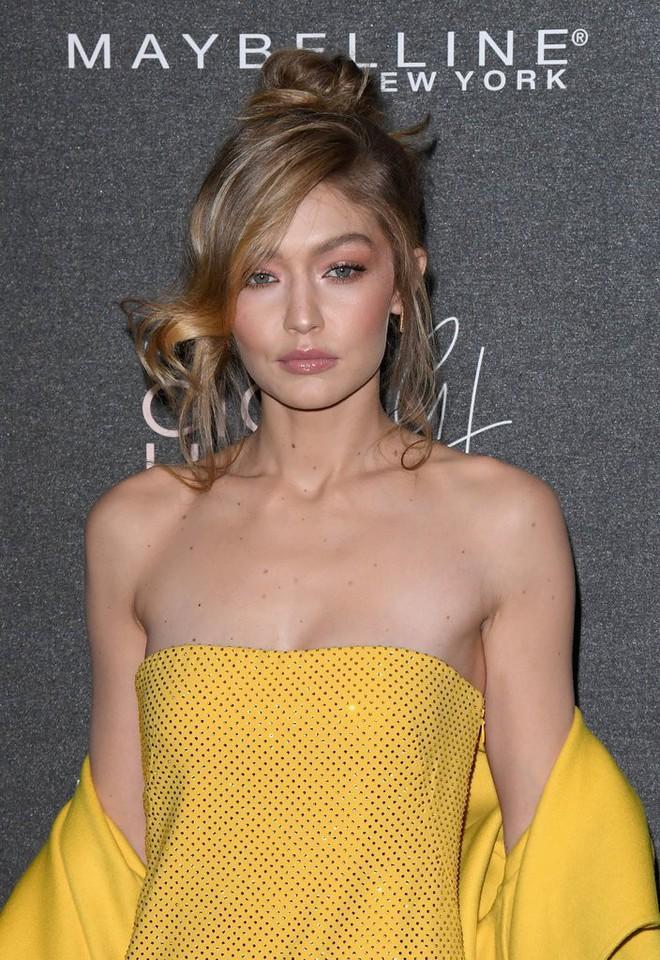 Bài học rút ra từ ảnh hậu trường xấu lạ của Gigi Hadid: xinh đến mấy mà makeup sai cũng vẫn kém sắc như thường - Ảnh 2.