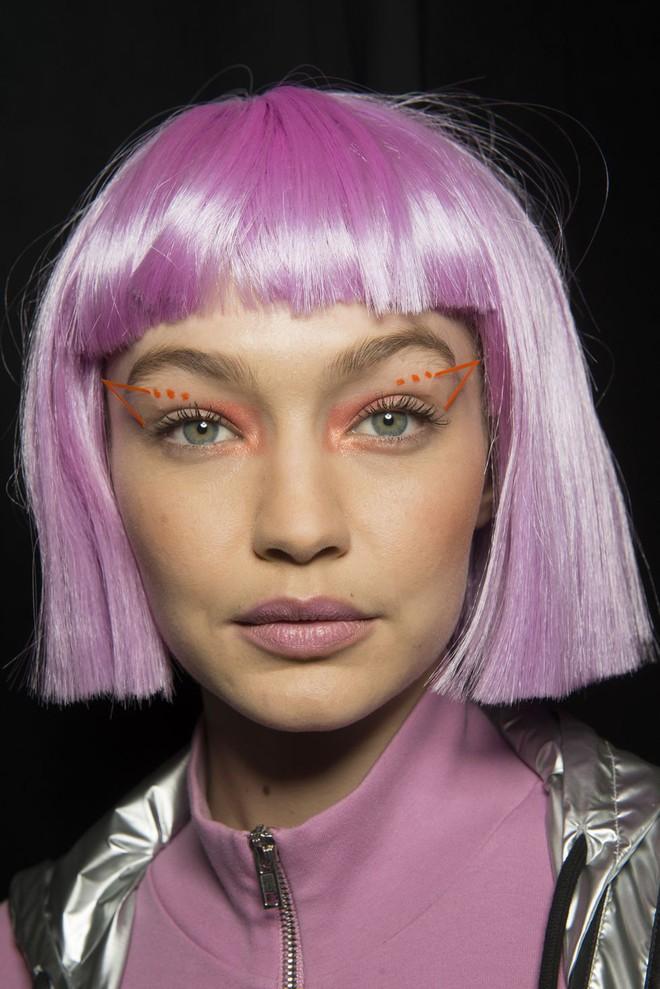 Bài học rút ra từ ảnh hậu trường xấu lạ của Gigi Hadid: xinh đến mấy mà makeup sai cũng vẫn kém sắc như thường - Ảnh 3.