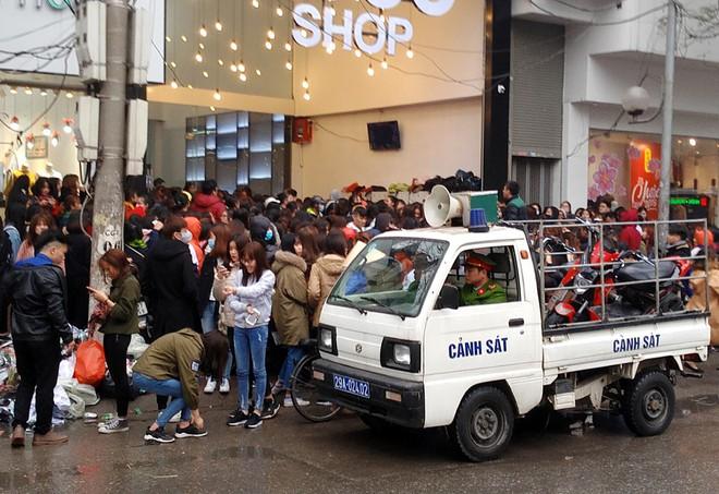 Hà Nội: Hàng nghìn bạn trẻ chen lấn, tranh nhau mua mỹ phẩm khuyến mại - Ảnh 6.