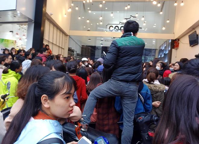 Hà Nội: Hàng nghìn bạn trẻ chen lấn, tranh nhau mua mỹ phẩm khuyến mại - Ảnh 7.