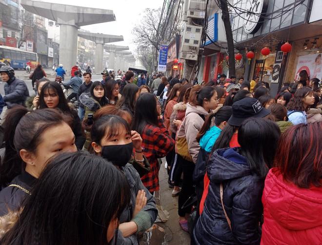 Hà Nội: Hàng nghìn bạn trẻ chen lấn, tranh nhau mua mỹ phẩm khuyến mại - Ảnh 8.