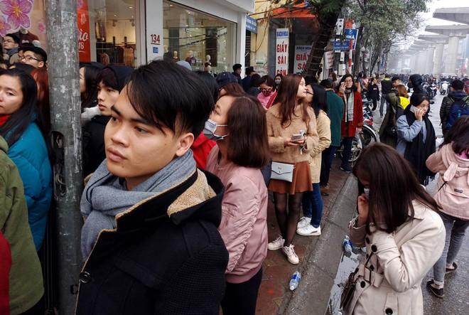 Hà Nội: Hàng nghìn bạn trẻ chen lấn, tranh nhau mua mỹ phẩm khuyến mại - Ảnh 9.