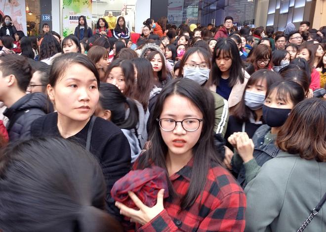 Hà Nội: Hàng nghìn bạn trẻ chen lấn, tranh nhau mua mỹ phẩm khuyến mại - Ảnh 10.