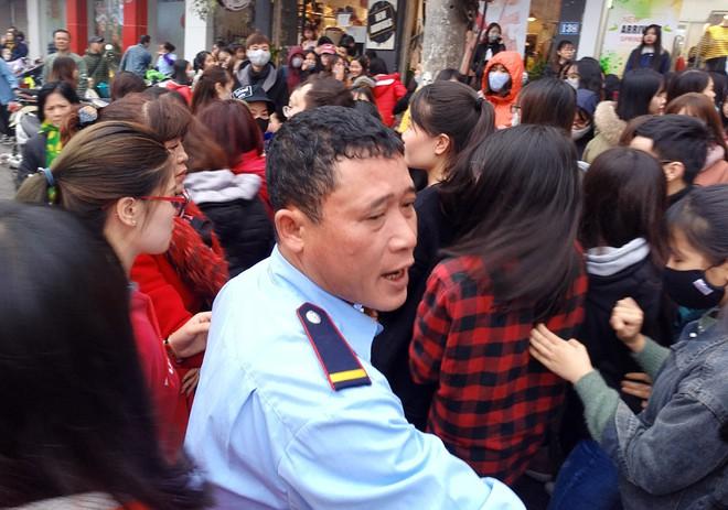 Hà Nội: Hàng nghìn bạn trẻ chen lấn, tranh nhau mua mỹ phẩm khuyến mại - Ảnh 11.