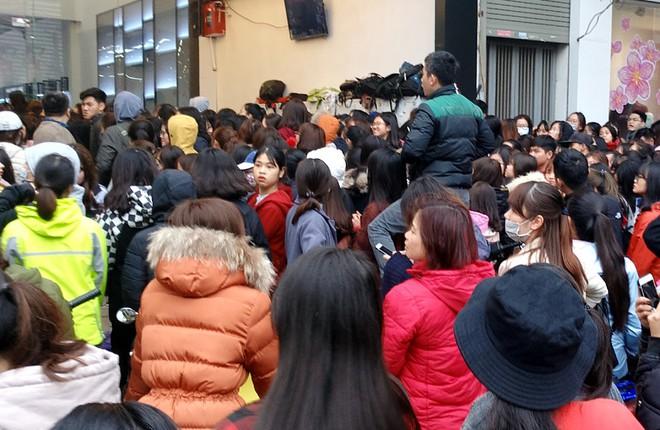 Hà Nội: Hàng nghìn bạn trẻ chen lấn, tranh nhau mua mỹ phẩm khuyến mại - Ảnh 12.