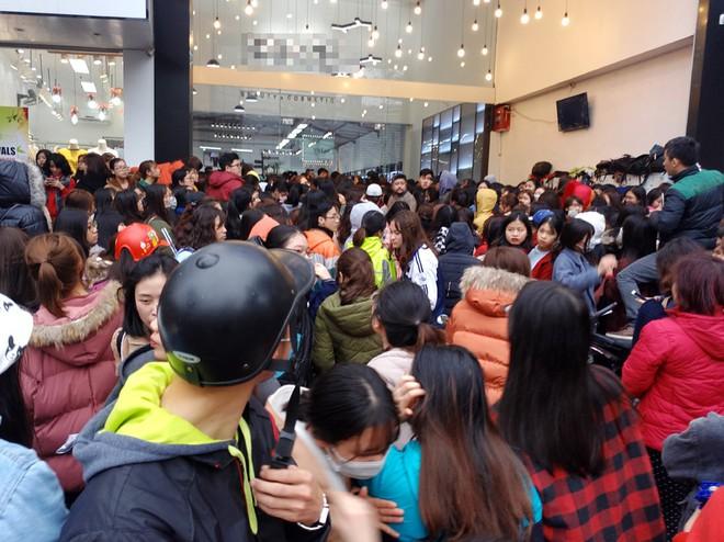 Hà Nội: Hàng nghìn bạn trẻ chen lấn, tranh nhau mua mỹ phẩm khuyến mại - Ảnh 13.