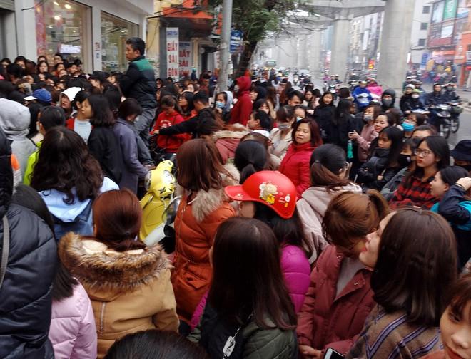 Hà Nội: Hàng nghìn bạn trẻ chen lấn, tranh nhau mua mỹ phẩm khuyến mại - Ảnh 1.