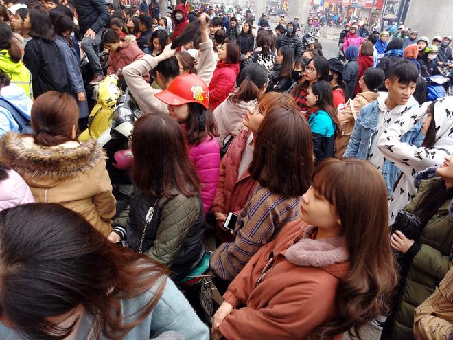 Hà Nội: Hàng nghìn bạn trẻ chen lấn, tranh nhau mua mỹ phẩm khuyến mại - Ảnh 2.