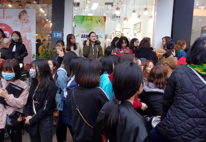 Hà Nội: Hàng nghìn bạn trẻ chen lấn, tranh nhau mua mỹ phẩm khuyến mại - Ảnh 3.