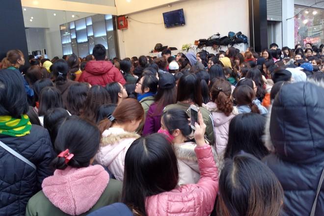 Hà Nội: Hàng nghìn bạn trẻ chen lấn, tranh nhau mua mỹ phẩm khuyến mại - Ảnh 4.