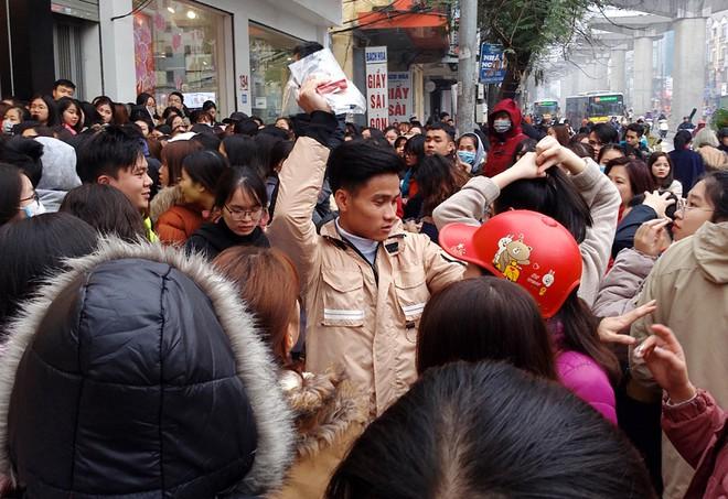 Hà Nội: Hàng nghìn bạn trẻ chen lấn, tranh nhau mua mỹ phẩm khuyến mại - Ảnh 5.