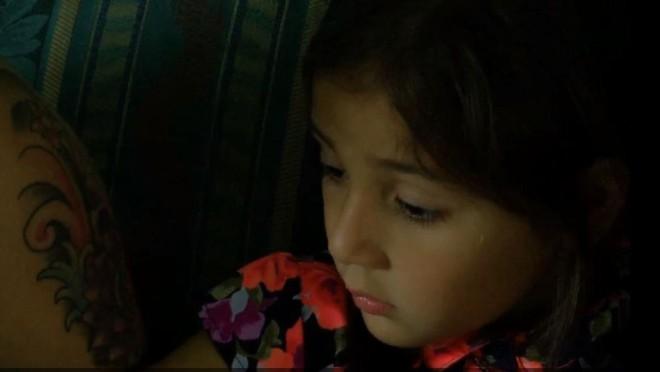 Mẹ rơi nước mắt nhìn con gái về nhà với ngón tay dập nát, nhà trường nói là tai nạn, nhưng cô bé lại kể một câu chuyện khác - Ảnh 1.