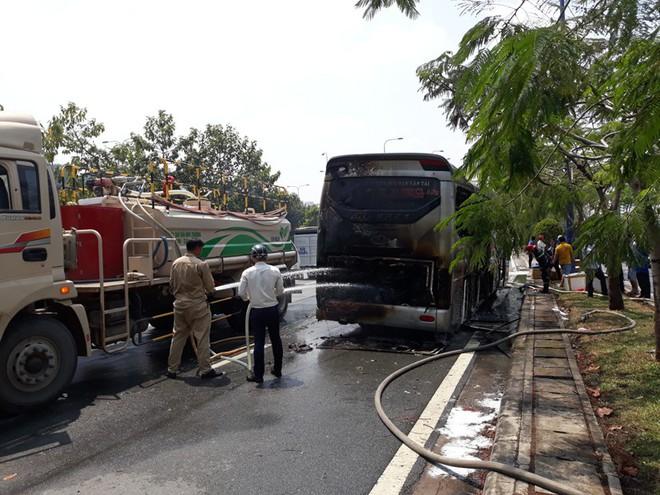 TP.HCM: Đang đi đột nhiên bốc cháy, hơn 10 hành khách hoảng hốt xô cửa xe khách tháo chạy - Ảnh 2.