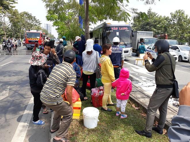 TP.HCM: Đang đi đột nhiên bốc cháy, hơn 10 hành khách hoảng hốt xô cửa xe khách tháo chạy - Ảnh 3.