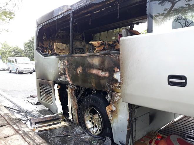 TP.HCM: Đang đi đột nhiên bốc cháy, hơn 10 hành khách hoảng hốt xô cửa xe khách tháo chạy - Ảnh 1.