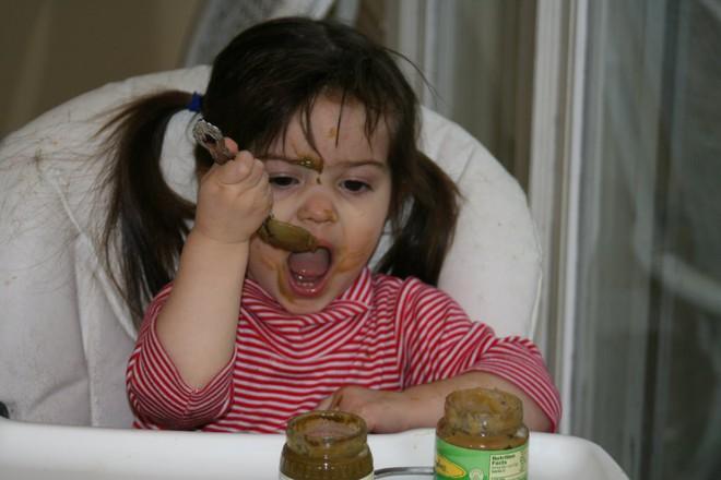 Bố mẹ tuân thủ điều quan trọng này, trẻ sẽ dễ dàng tự xúc ăn được từ nhỏ - Ảnh 2.