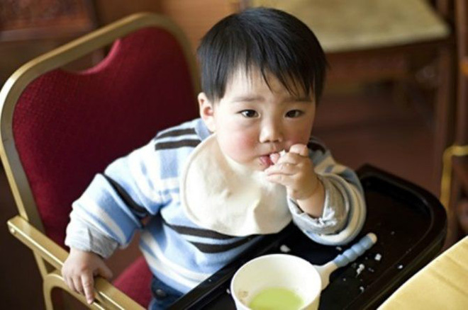 Bố mẹ tuân thủ điều quan trọng này, trẻ sẽ dễ dàng tự xúc ăn được từ nhỏ - Ảnh 3.