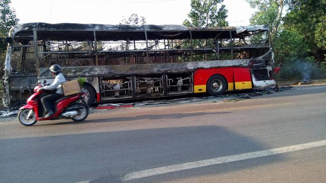 Chở khách về quê ăn tết thì xe khách 45 chỗ bốc cháy, may mắn tài xế và người dân đều bình an - Ảnh 2.