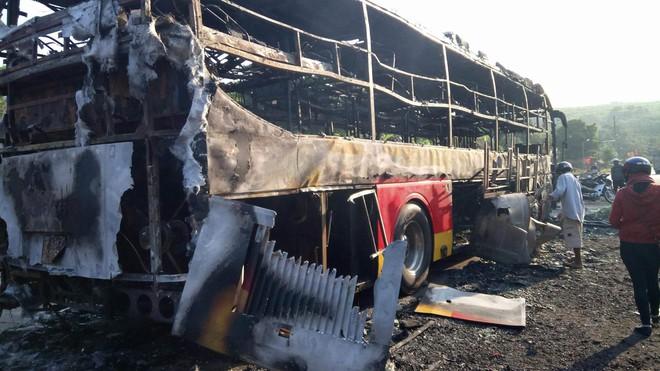 Chở khách về quê ăn tết thì xe khách 45 chỗ bốc cháy, may mắn tài xế và người dân đều bình an - Ảnh 1.