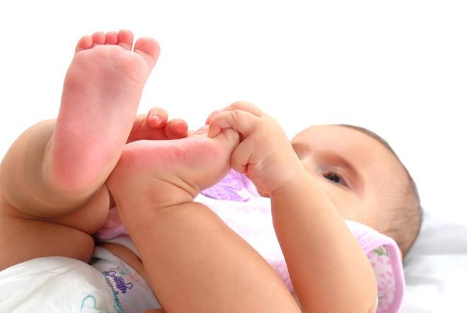 Bé 2 tháng tuổi bị nhiễm bệnh phụ khoa chỉ vì sai lầm của mẹ khi giặt quần áo - Ảnh 1.