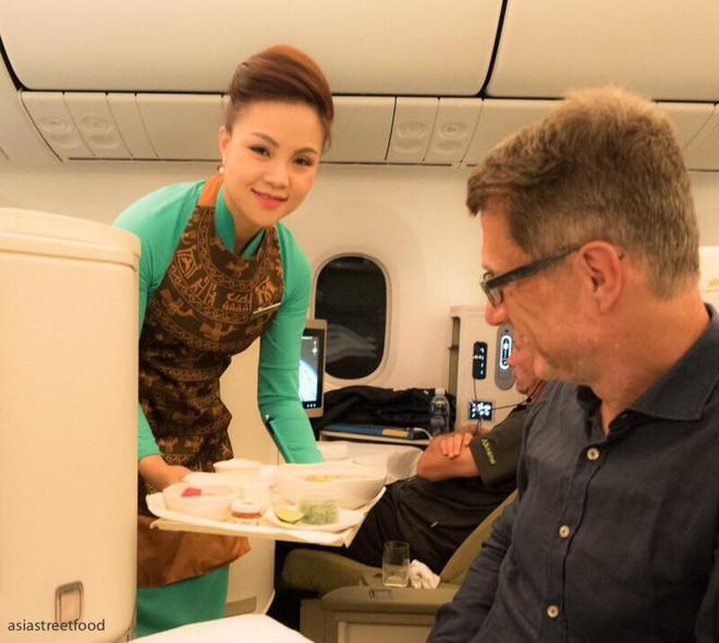 Nữ tiếp viên hàng không xinh đẹp kể về những đêm đón giao thừa trên máy bay, những ngày Tết rời phi trường là lao vào bếp - Ảnh 5.