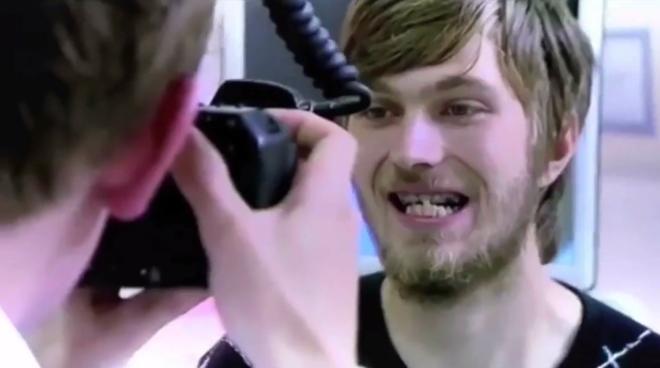 Ai cũng phát ngất trước bí mật dễ sợ của chàng thanh niên không bao giờ cười: 20 năm chưa từng đánh răng - Ảnh 3.