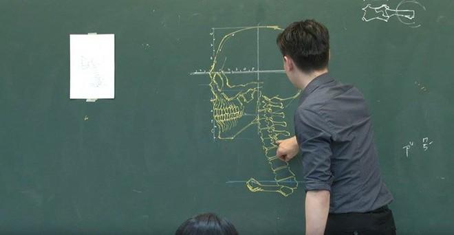 Thầy giáo nhà người ta: Vừa điển trai lại vẽ hình minh họa cực đẹp khiến học sinh mê mẩn - Ảnh 7.