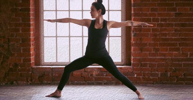 Những tư thế yoga giúp tăng cường sự dẻo dai và chắc khỏe xương - Ảnh 1.