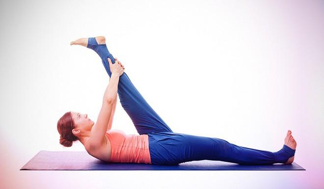 Những tư thế yoga giúp tăng cường sự dẻo dai và chắc khỏe xương - Ảnh 9.