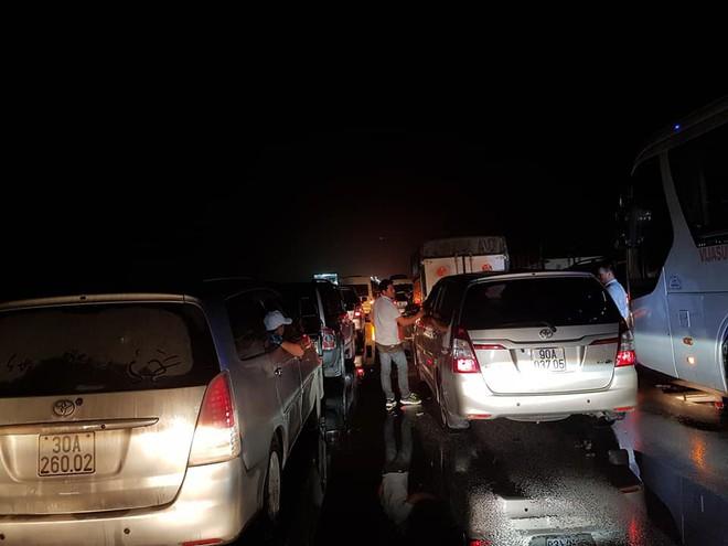 Chôn chân trên cao tốc Pháp Vân – Cầu Giẽ hơn 5 tiếng đồng hồ sau vụ va chạm giữa xe cứu hỏa và xe khách - Ảnh 4.