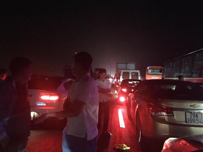 Chôn chân trên cao tốc Pháp Vân – Cầu Giẽ hơn 5 tiếng đồng hồ sau vụ va chạm giữa xe cứu hỏa và xe khách - Ảnh 5.