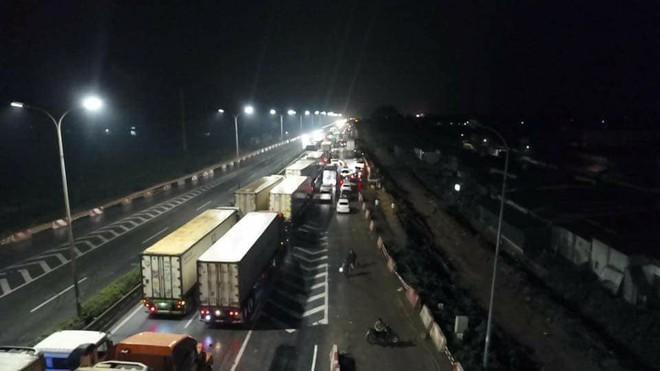Chôn chân trên cao tốc Pháp Vân – Cầu Giẽ hơn 5 tiếng đồng hồ sau vụ va chạm giữa xe cứu hỏa và xe khách - Ảnh 6.