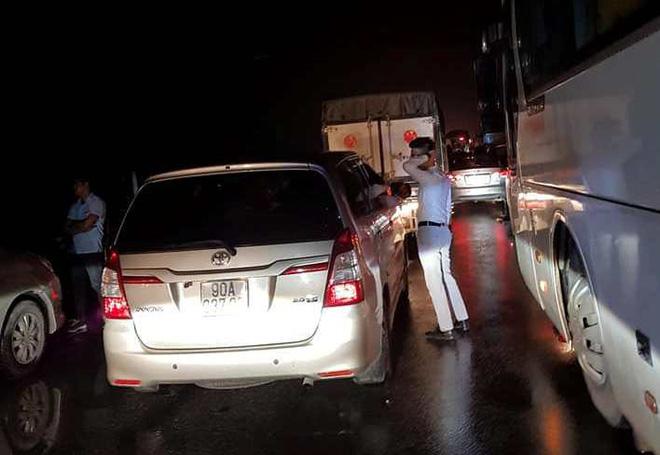Chôn chân trên cao tốc Pháp Vân – Cầu Giẽ hơn 5 tiếng đồng hồ sau vụ va chạm giữa xe cứu hỏa và xe khách - Ảnh 7.