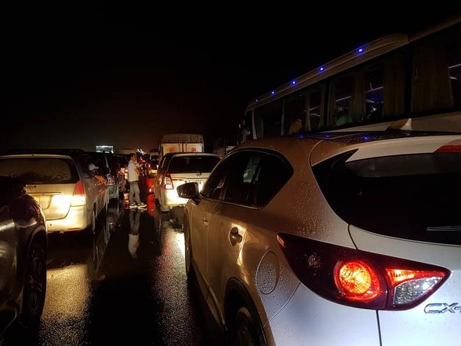 Chôn chân trên cao tốc Pháp Vân – Cầu Giẽ hơn 5 tiếng đồng hồ sau vụ va chạm giữa xe cứu hỏa và xe khách - Ảnh 8.