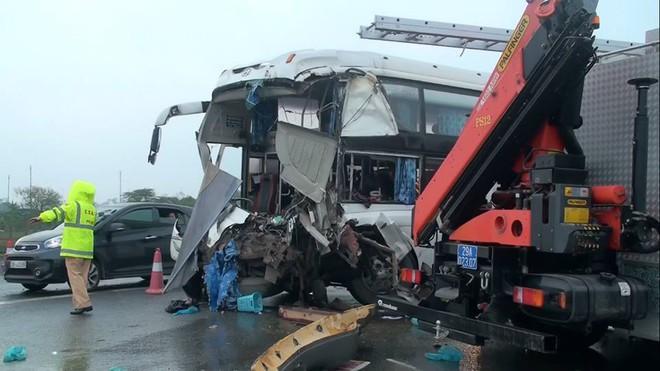 Tài xế xe khách vụ va chạm với xe cứu hỏa: Đường trơn, trượt nếu đánh lái sẽ nguy hiểm - Ảnh 1.