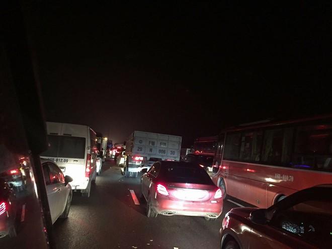 Chôn chân trên cao tốc Pháp Vân – Cầu Giẽ hơn 5 tiếng đồng hồ sau vụ va chạm giữa xe cứu hỏa và xe khách - Ảnh 9.