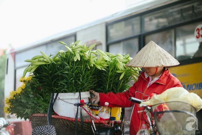 Hoa loa kèn trắng tinh khôi đã về trên phố Hà Nội, chị em nhanh tay mua kẻo hết mùa - Ảnh 12.