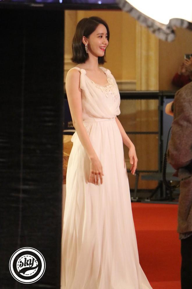 Lộ mặt dài, cơ thể gầy đến mức lộ xương ngực, Yoona vẫn trở thành nữ thần của thảm đỏ hot nhất hôm nay! - Ảnh 6.