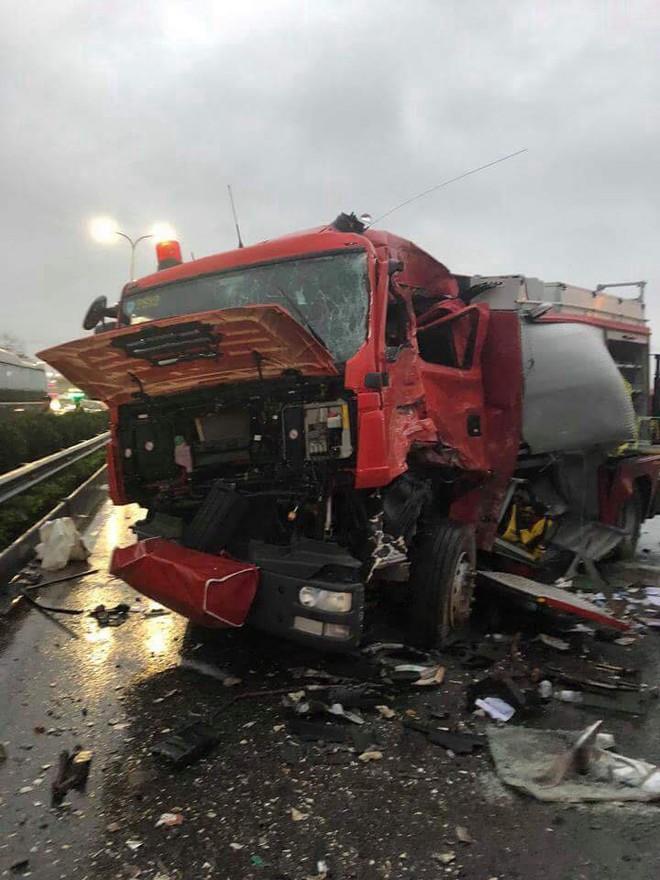 Clip vụ va chạm kinh hoàng giữa xe cứu hỏa và xe khách trên cao tốc Pháp Vân - Ảnh 1.