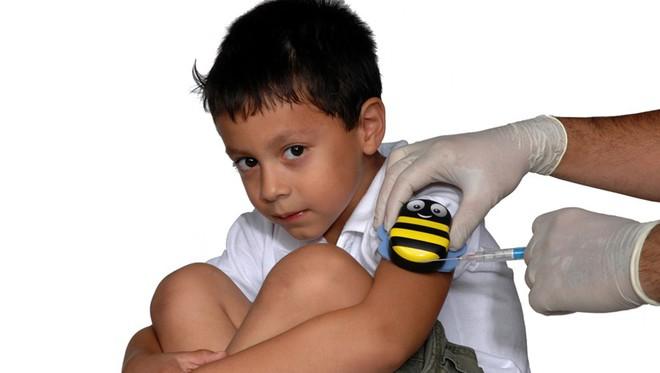 Chú ong đáng yêu giúp bé con chống chọi với nỗi sợ đau khi tiêm phòng trong tích tắc - Ảnh 3.