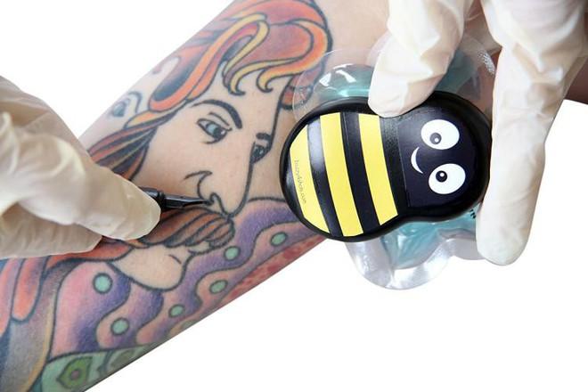 Chú ong đáng yêu giúp bé con chống chọi với nỗi sợ đau khi tiêm phòng trong tích tắc - Ảnh 5.
